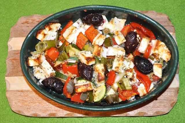 Überbackener Feta mit Gemüse, Knoblauch, Oliven --- Foto: Brigitte Stolle