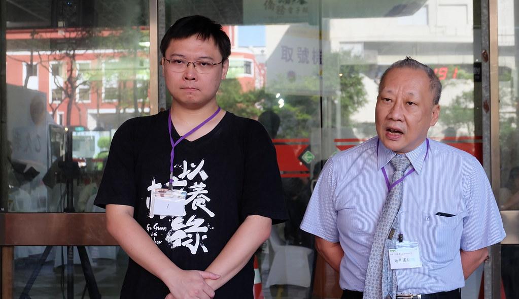 「重啟核四」公投領銜人黃士修(左)與清大教授李敏(右)共同召開記者會。攝影:陳文姿