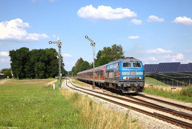 218 467-9 mit einem RE von München Hbf nach Memmingen bei der Ausfahrt aus Stetten(Schwab) am 16.07.14