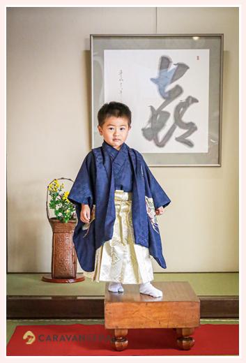 七五三 碁盤の上に立つ3歳の男の子