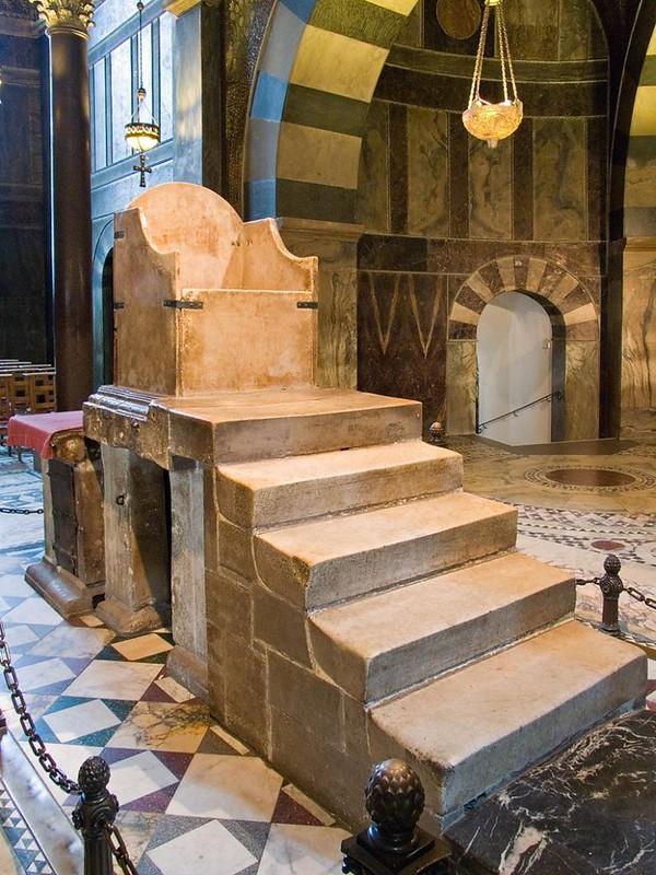 07 Т. н. трон Карла Великого в Ахенской капелле