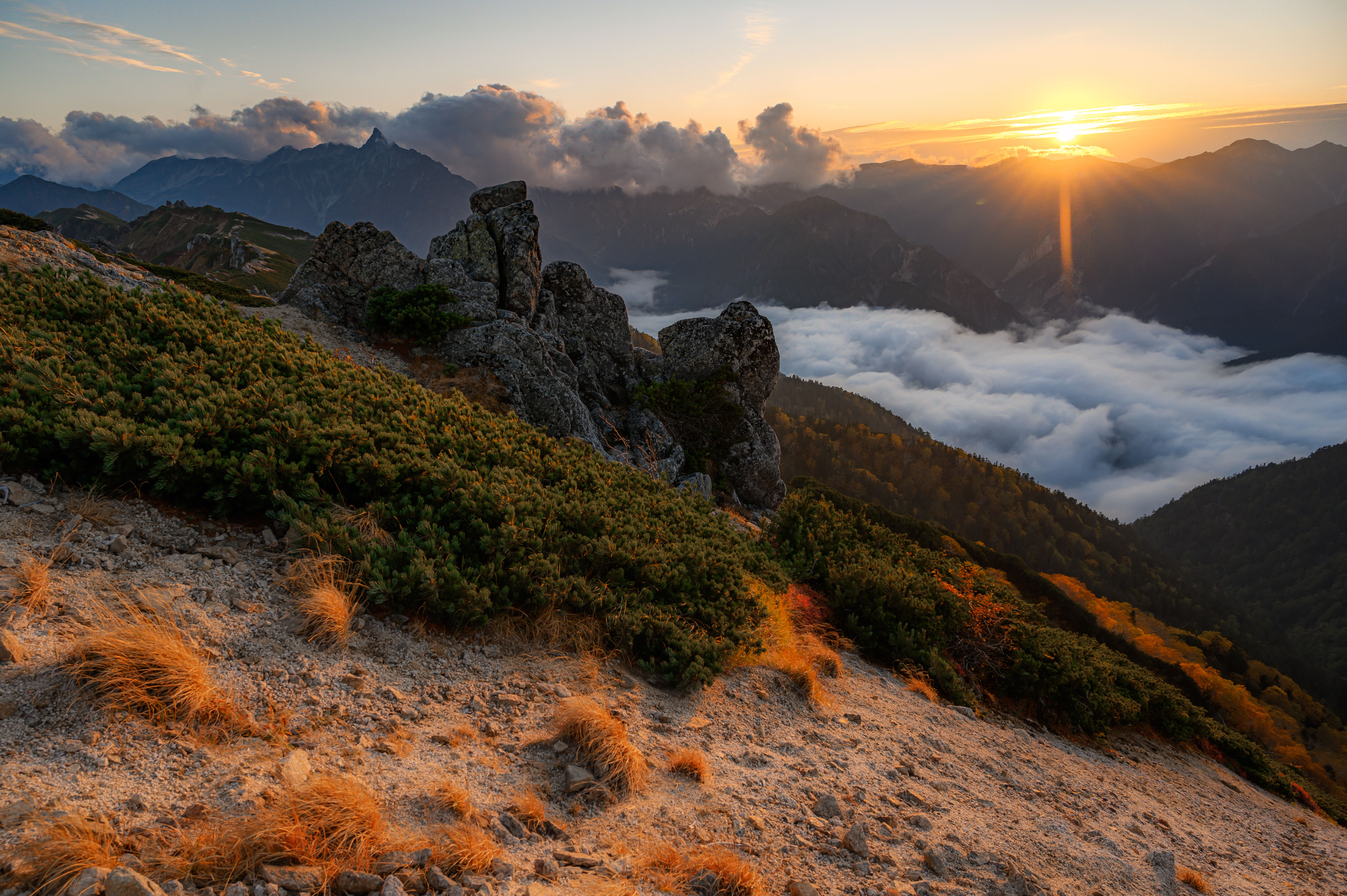 燕岳より落陽と槍ケ岳
