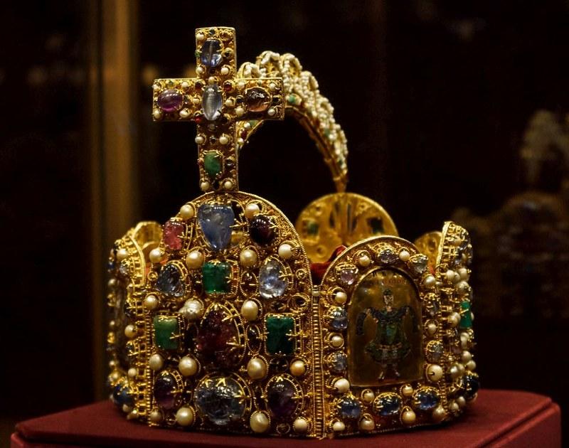 10 Корона Карла Великого.. находится в Вене, в Музее истории искусств