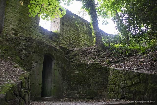 Monte Urgullille johtavan polun varrella on linnoitusten raunioita