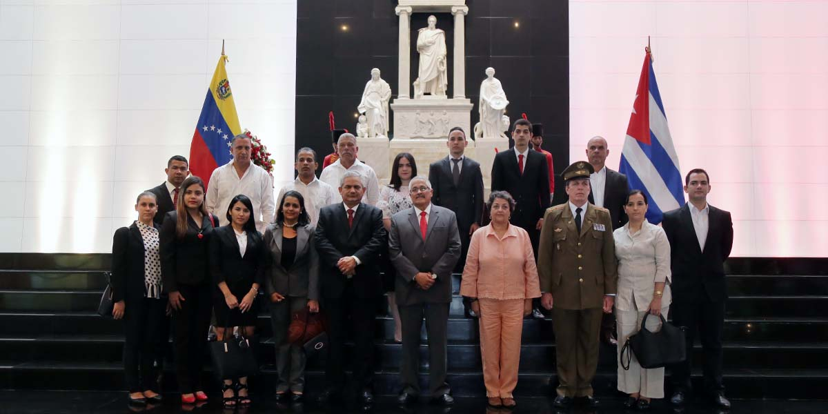 Embajador de Cuba en Venezuela rinde honores al Padre de la Patria Simón Bolívar