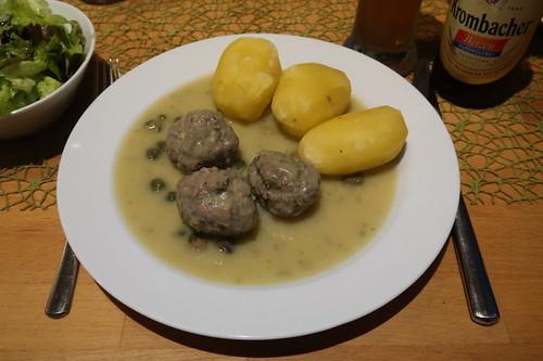 Aufgewärmter Rest der Königsberger Klopse mit frisch gekochten Salzkartoffeln und Eichblattsalat