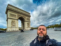A ver si entramos los dos... #paris #france  Primera foto publicada con el #iphone11pro #lightroom
