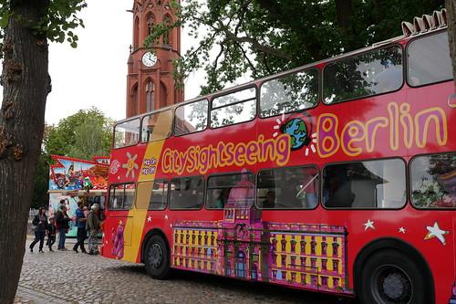 Doppeldeckerbus vor Paul-Gerhardt-Kirche
