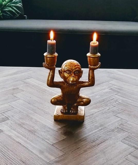 Goudkleurig aapje met kaarsen