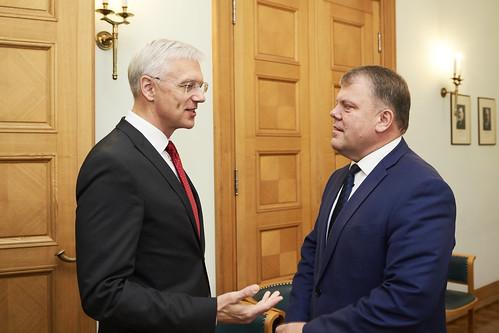 10.10.2019. MK Ministru prezidents Krišjāniis Kariņš un Latvijas Pašvaldību savienības priekšsēdētājs Gints Kaminskis paraksta vienošanās un domstarpību protokolu.