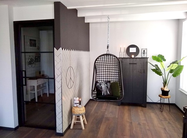 Hangstoel woonkamer vredesteken groene muur