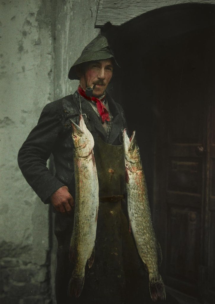 Швейцарский рыбак позирует с удачным уловом