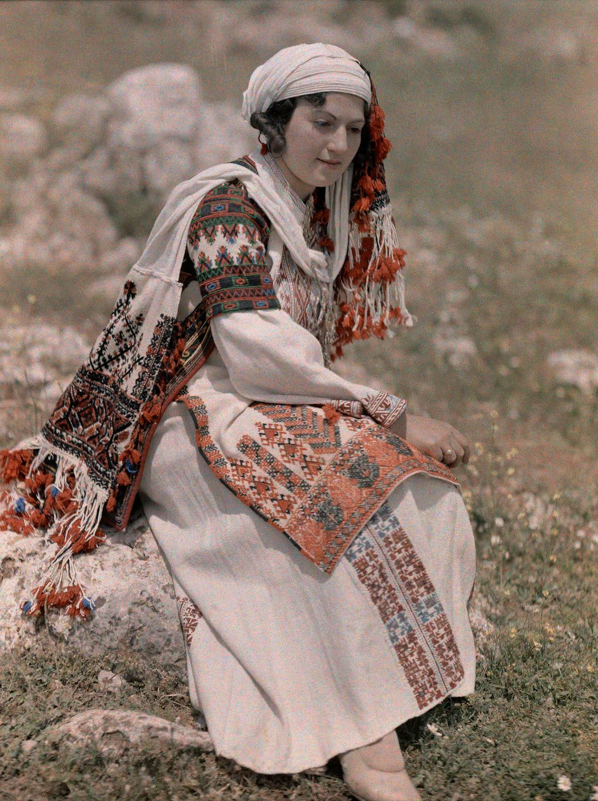 Молодая женщина в национальном платье Пелопоннесских греков, Немей