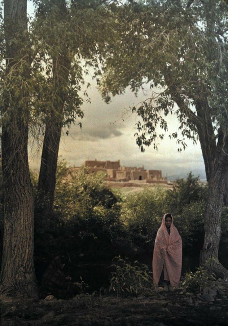 1914. Женщина позирует на фоне Юго-Пуэбло в Таос, Нью-Мексико