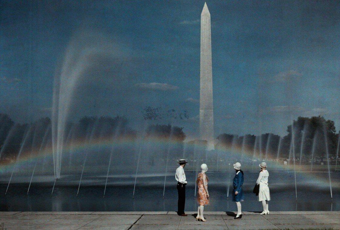1935. Туристы любуются на радугу у монумента Вашингтону в одноименном городе