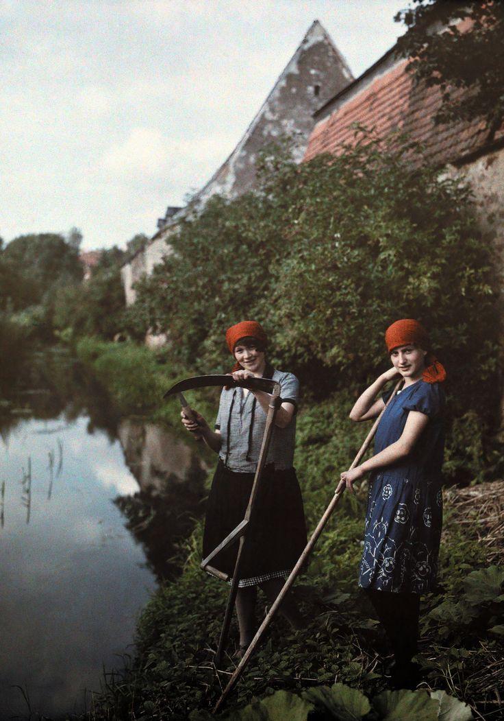 Женщины-фермеры чистят свои косы у реки в Эллингене, Бавария