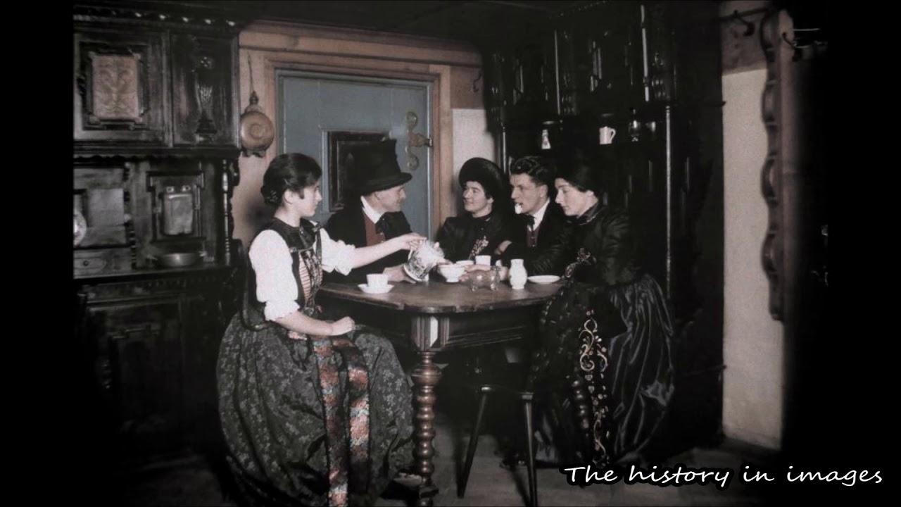 Группа молодых людей сидит за столом в доме в долине Монтафон.