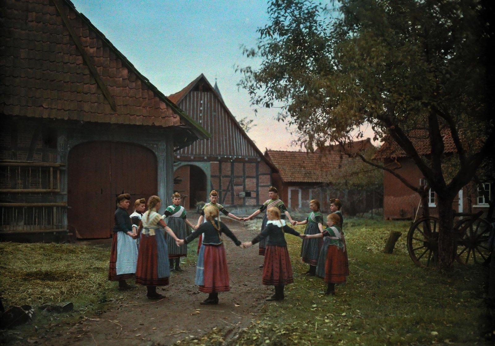 Группа молодых женщин, собравшихся для традиционного танца в Лауэнбурге, Германия