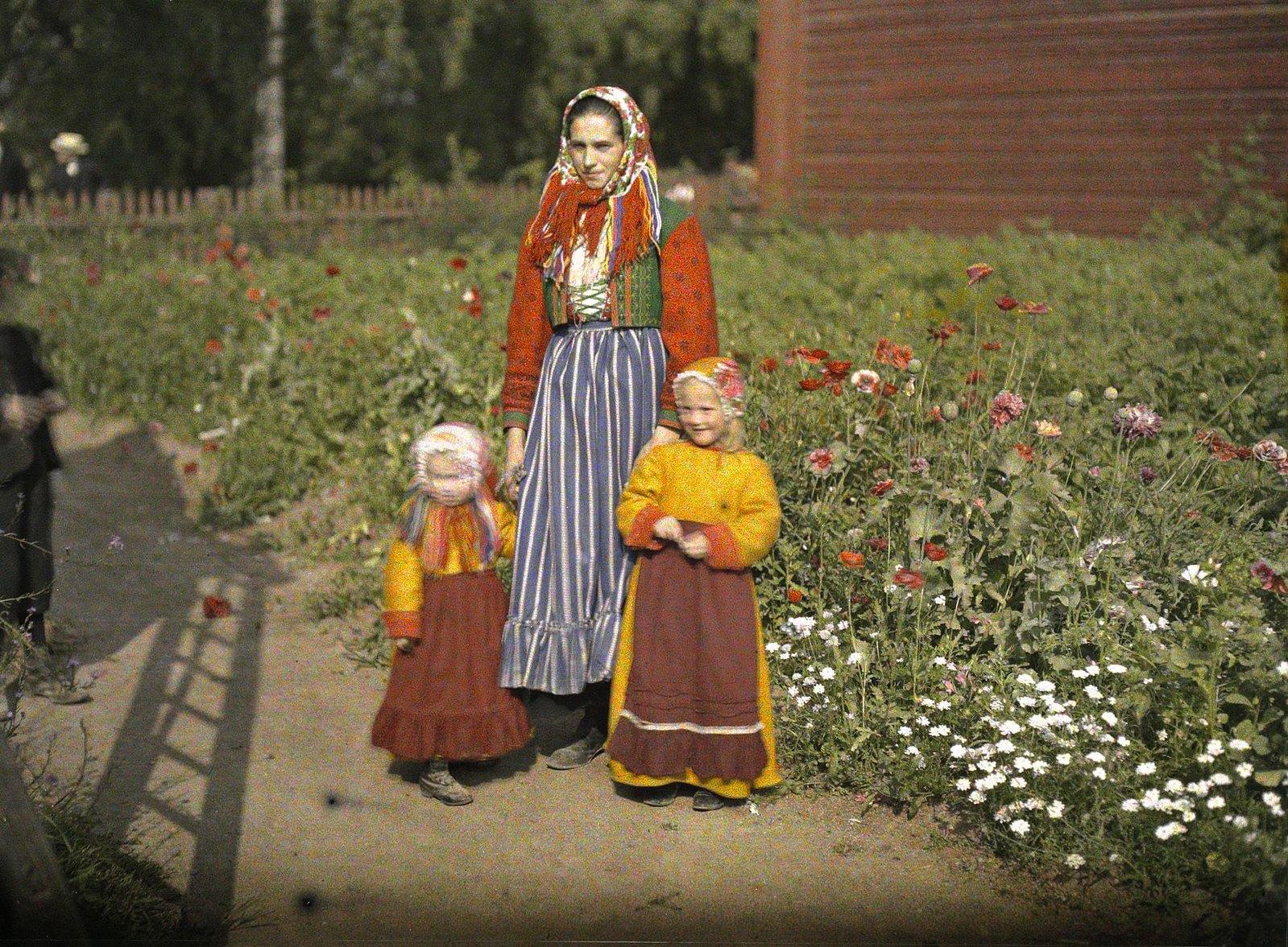 1910. Мать и дочери в традиционной одежде, Швеция