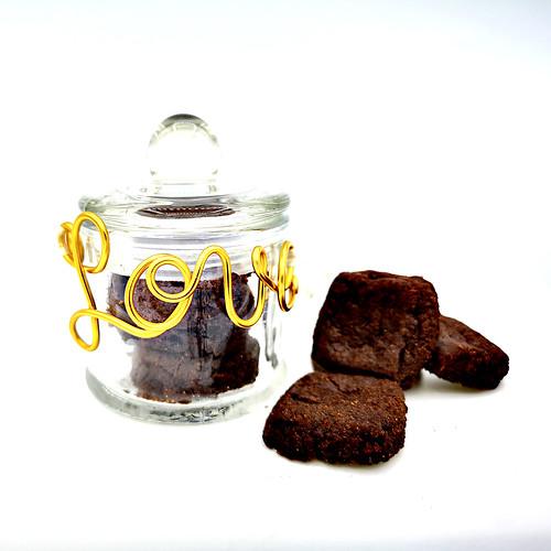 Sablés au chocolat (25g) dans flacon bonbonnière et fil alu mot 5,15€