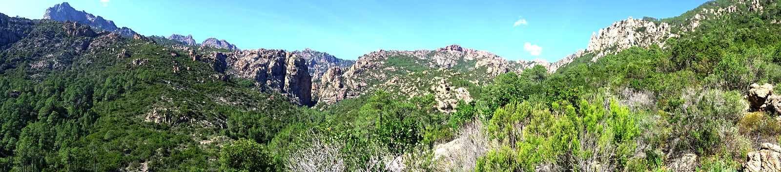 Redescente vers le Cavu : panoramique Bunifazinca - brèche du Carciara - crête de Cervi
