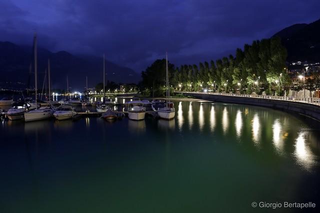 Riflessi di luci sulle acque del lago...