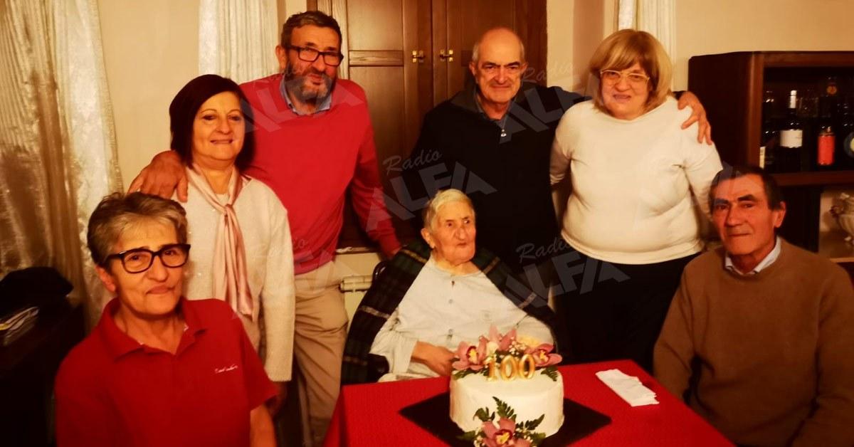 Zia Filomena (Zi Filimea) festeggia i 100 anni con i figli, la nuora e i generi