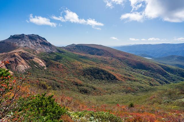 茶臼岳と姥ヶ平を眺めながら三斗小屋温泉へ