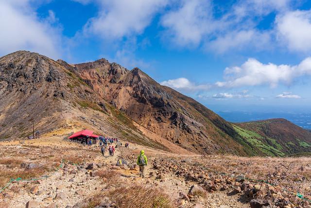 峰の茶屋跡避難小屋へ下ります