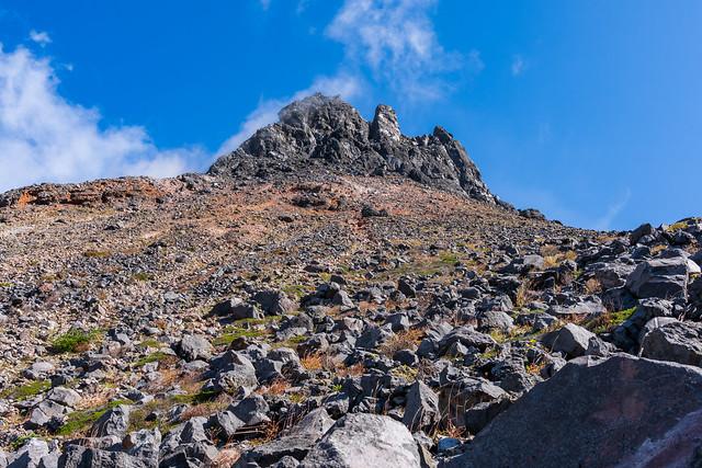 茶臼岳を見上げながらトラバース