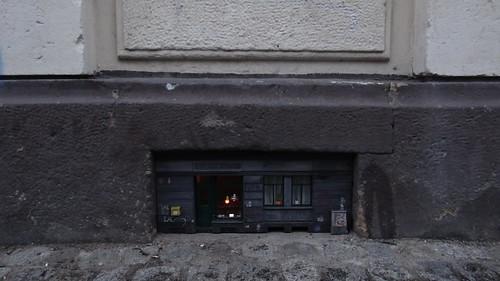 ie kleine Werkstatt der Zwerge im Kellerfenster verbirgt Schätze und Wunderdinge 00818