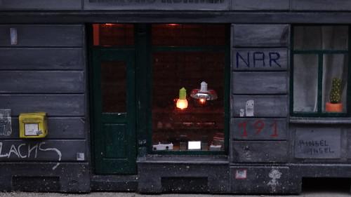 Miniaturkünstler oder die Zwerge haben auf der Sebnitzer Straße an der Ecke zur Kamenzer Straße ein Kellerfenster mit einem neuen kleinem Ladengeschäft von