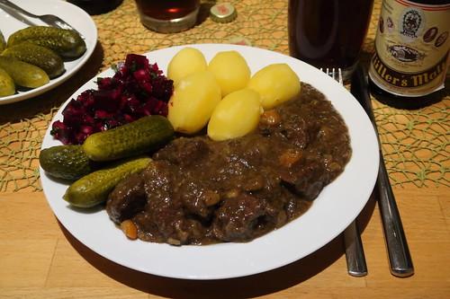 Westfälischer Pfefferpotthast mit Salzkartoffeln, Rote Bete Salat und Gewürzgurken (mein Teller)
