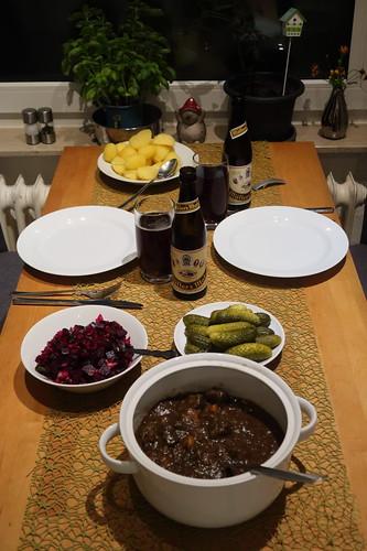 Westfälischer Pfefferpotthast mit Salzkartoffeln, Rote Bete Salat und Gewürzgurken (Tischbild)