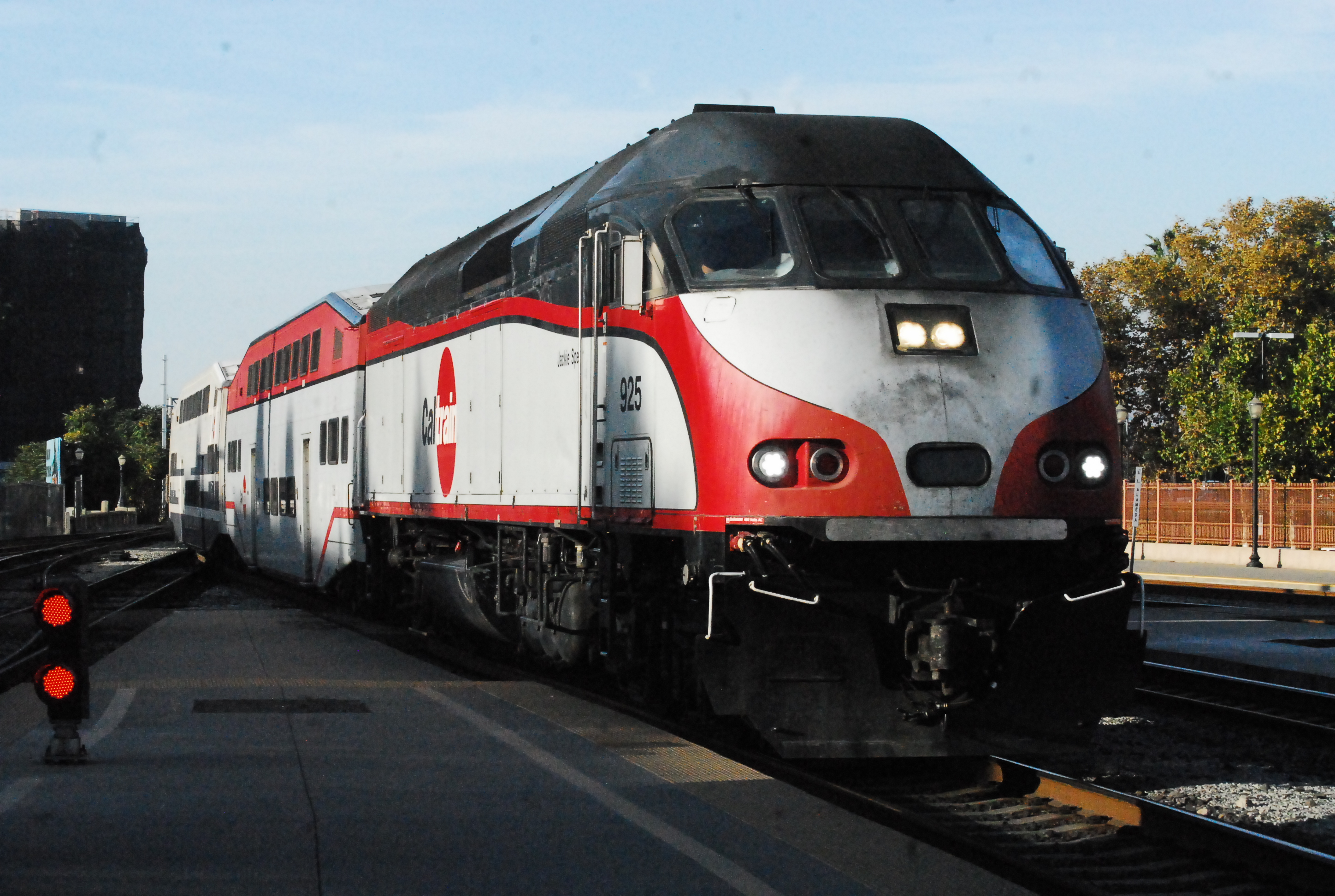 A Caltrain MPI MP36PH-3C locomotive unit 925, named after Congressmember Jackie Speier, with Bombardier Bilevel passenger cars pulling in to San Jose Diridon from San Francisco