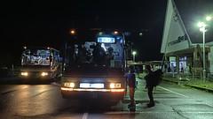 尾瀬へ向かう登山客が列車から会津バスに乗り換える