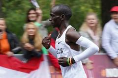 Porazil čas. Maratonec Eliud Kipchoge zvládl 42,2 km za 1:59:40