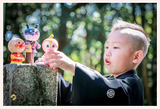 男の子の七五三 アンパンマン人形で遊ぶ