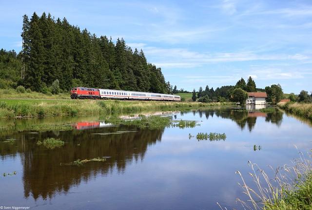 218 487-7 mit dem IC2085 von Augsburg nach Oberstdorf bei Ruderatshofen am 9.08.14