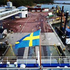 Svenska flaggan över Eckerö... hamn? Typ.