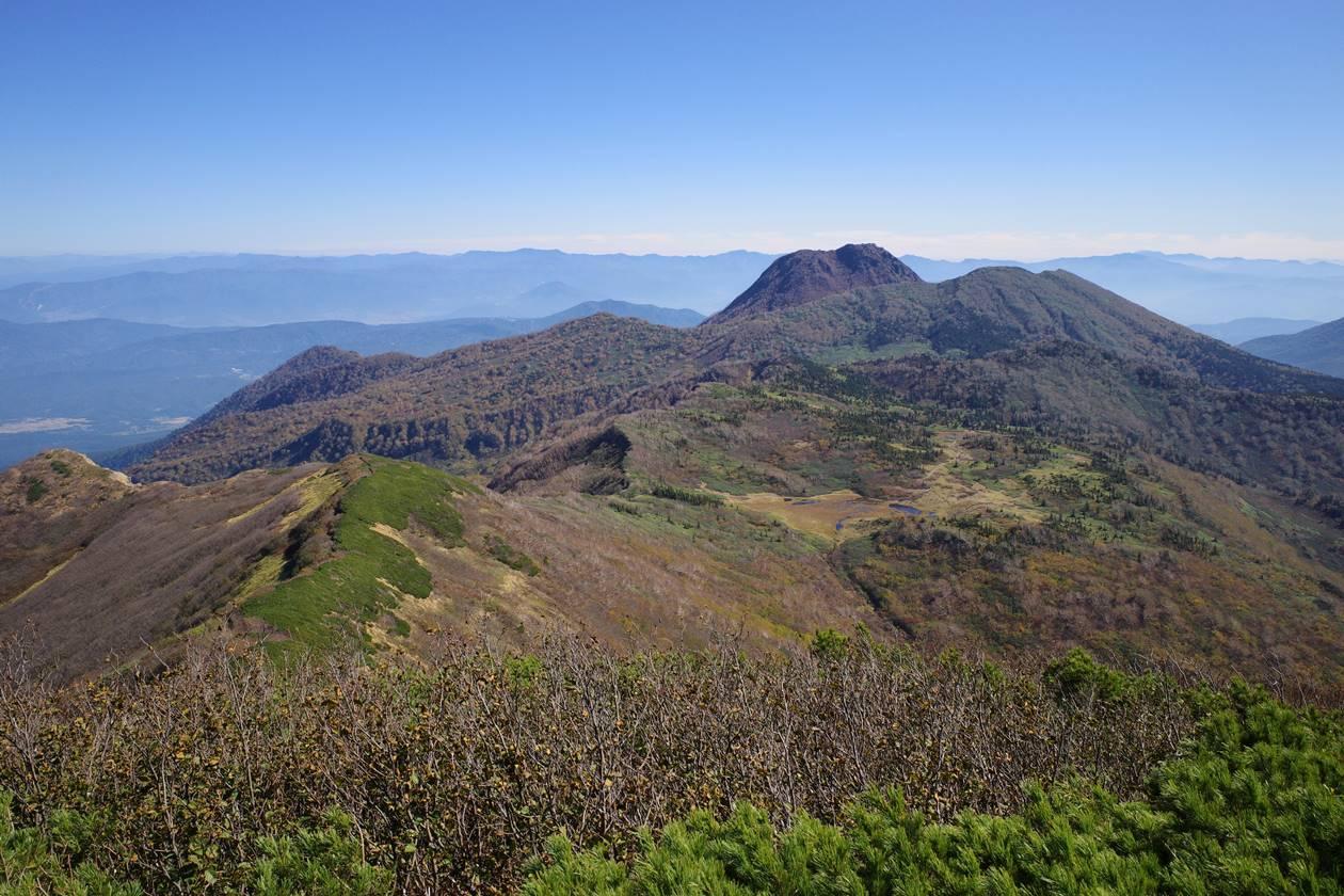 火打山山頂から眺める妙高山と天狗の庭