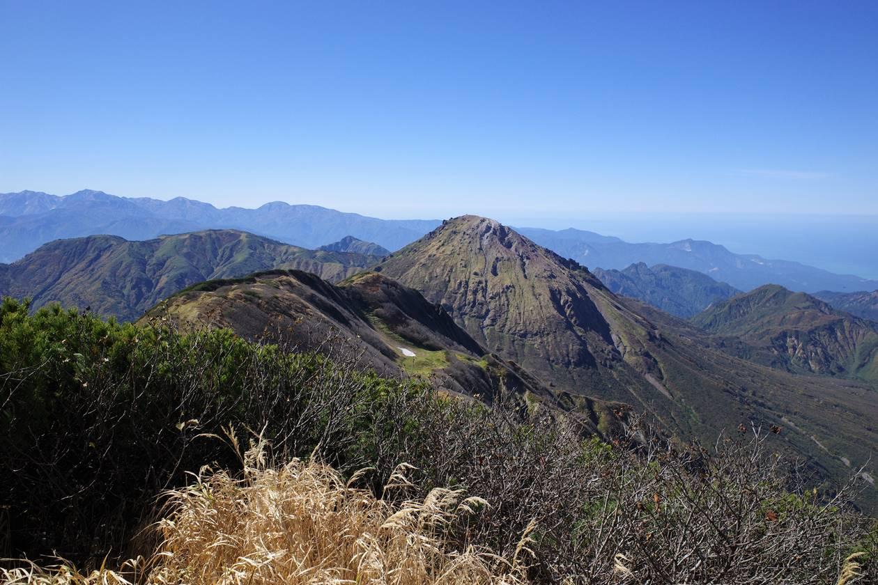 火打山山頂から眺める焼山と北アルプス白馬岳