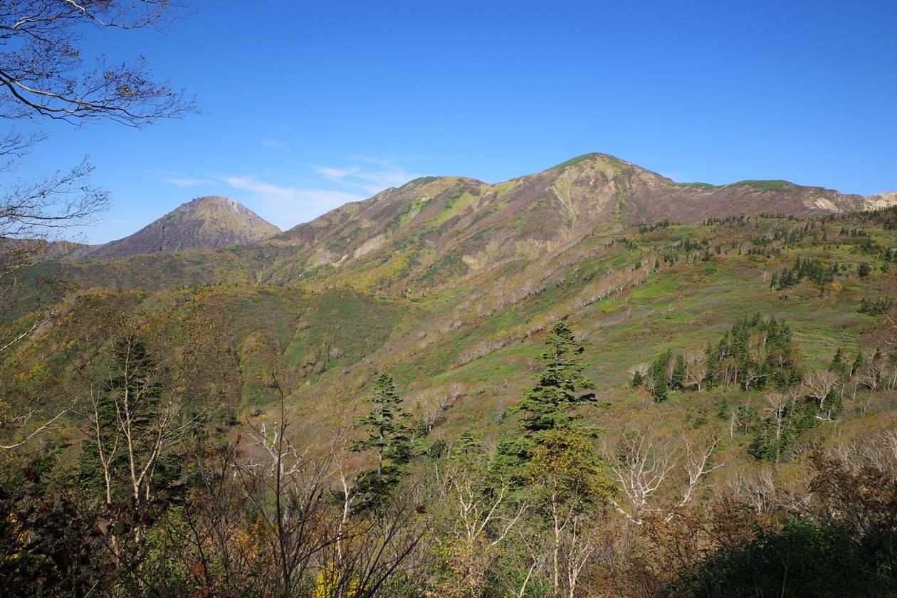 登山道から眺める火打山と焼山