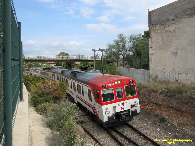 Tren de Cercanías de Renfe (Línea C-3) a su salida de la Estación de BUÑOL (Valencia)
