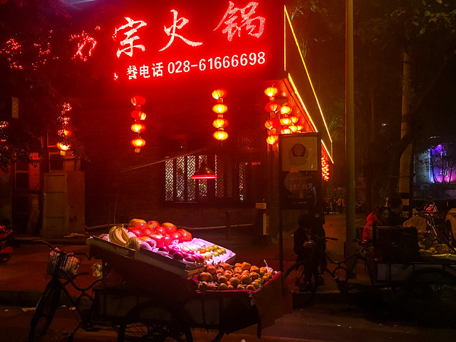 An alley at night, Chengdu, China 成都 路地の果物売り