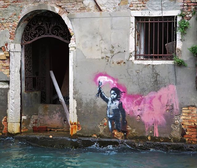 What a surprise: this #banksy is still looking good in #Venice. Could it be they respect it over there ? . #venicestreetart #italystreetart #streetartvenice #streetart #urbanart #graffitiart #urbanart_daily #streetartcities #graffitiart_daily #streetartev