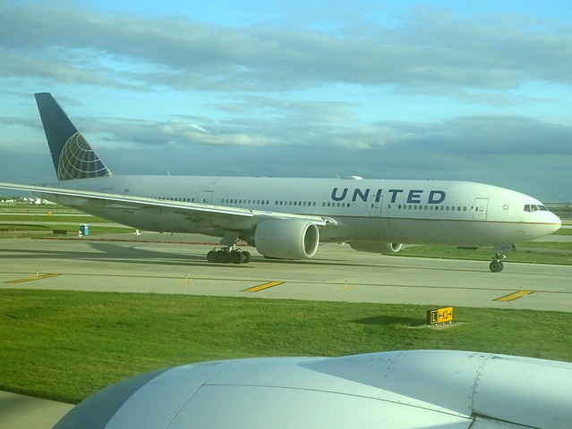 United Airlines Boeing 777-222ER N216UA