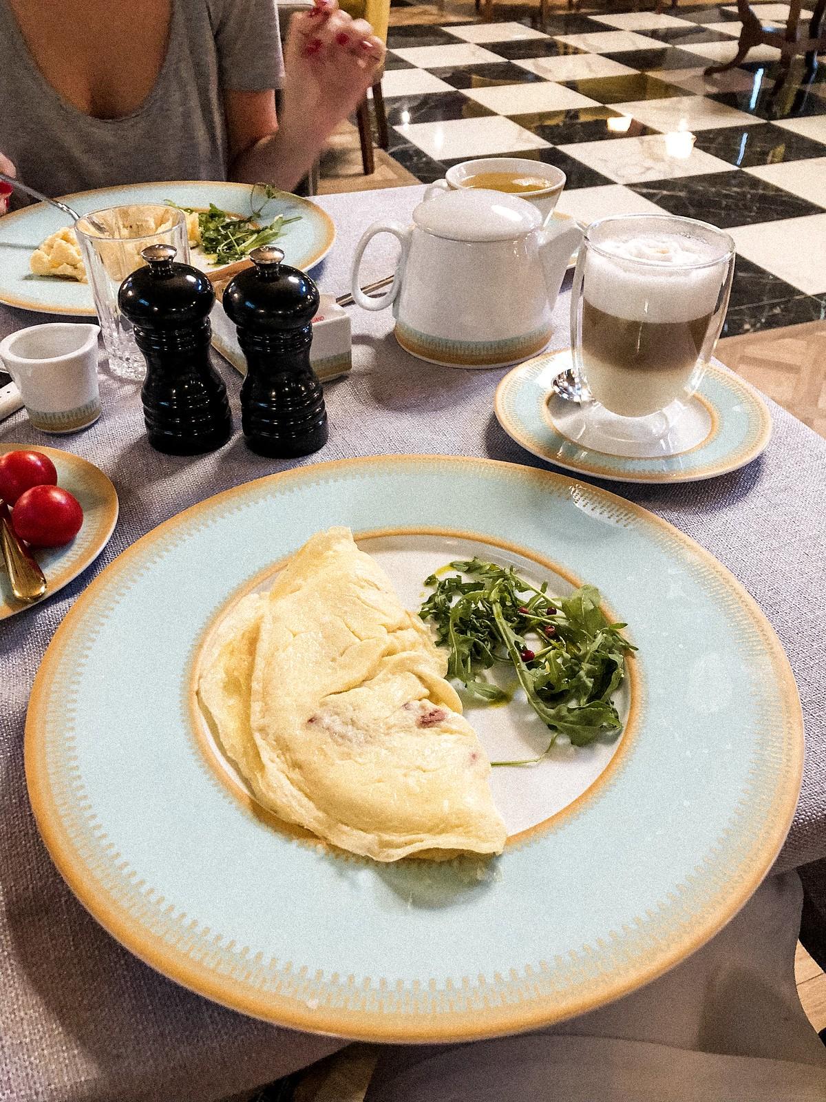 mystery-hotel-breakfast
