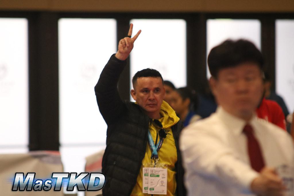 René Forero pide dos puntos para Lucero Gómez (fuera de foco), luego de conectar una tuit chagui en la WT Pan Am President's Cup G2 2019. Foto: Claudio Aranda/MasTKD.com