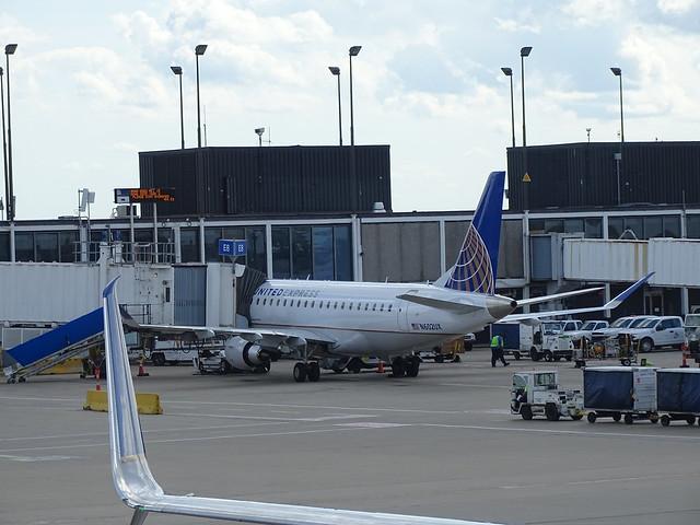 United Express (ExpressJet) Embraer E-175LL N602UX